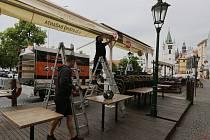 Opravy inženýrských sítí na Mírovém náměstí v Litoměřicích začaly. Restaurační předzahrádky zmizely.