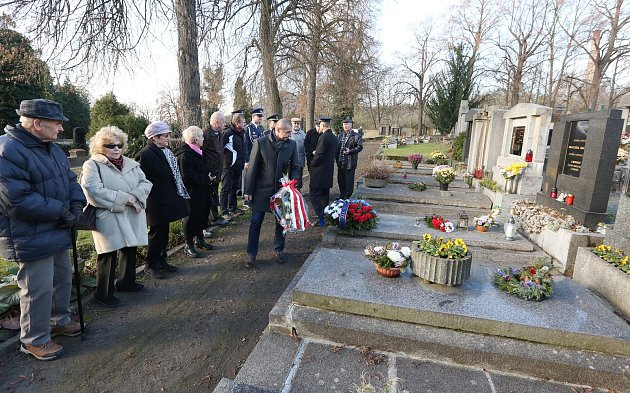 Uctění památky válečného pilota Františka Chábery na litoměřickém hřbitově.