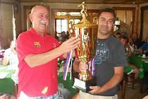 ZA VÍTĚZE přeboru ze Žitenic  převzal pohár Karol Banda (vpravo).