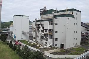 Výbuchem a požárem poničená výrobní hala v Lovosicích pohledem z dronu hasičů