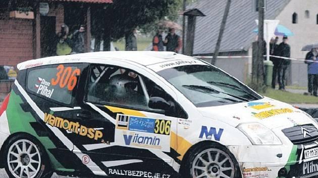 JEDE JIM TO. Posádka Miroslav Plíhal – Jiří Stross si zatím vede velmi dobře, po dvou odjetých závodech má na svém kontě dvě druhá místa ve skupině SA 2.