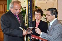 Victoriano M. Lecaros s chotí, který je novým velvyslancem Filipín v České republice, přijel na první oficiální návštěvu města Litoměřice. Na radnici ho přijal starosta Ladislav Chlupáč.