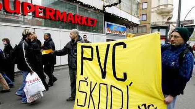 Zástupci Arniky protestovali proti PVC například i v Praze před supermarketem Tesco