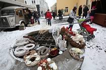V hradních prostorách a na nádvoří bude od 10 hodin opět probíhat jarmark lidových řemesel s vánoční tematikou.