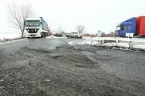 Mráz, hustá doprava a těžké kamiony způsobily katastrofální stav asfaltového koberce.