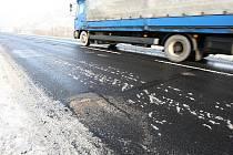 Nebezpečné výmoly se objevily na několika místech silnice mezi Lovosicemi a Ústím nad Labem.