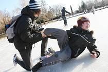 ZAMRZLÉ VODNÍ PLOCHY v přírodě jsou  vítaným prostorem například pro lední hokej. Je však nutné hlídat sílu ledu.