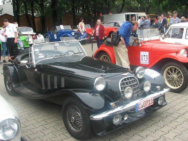 Výstavu podruhé obohatil Mezinárodní sraz historických vozidel. Pozvání pořádajícího Veteran car clubu Velemín přijalo na sto majitelů veteránů.