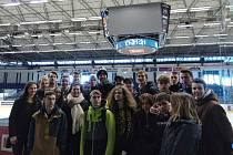Litoměřičtí studenti s Jaromírem Jágrem na kladenském zimním stadionu.