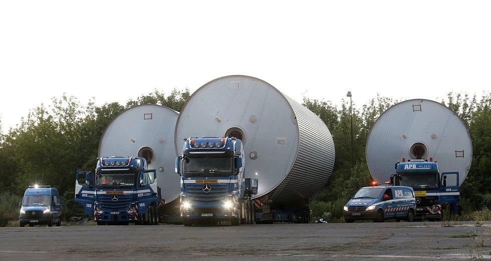 Obří tanky na pivo se vydaly na cestu z Lovosic do Plzně.