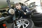 Pracovníci pneuservisu v Žalhosticích mají plné ruce práce