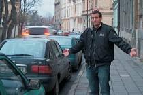 Na složitou situaci s parkováním v roudnické Riegerově ulici si v pondělí odpoledne stěžoval i Milan Dekrét, jeden z místních obyvatelů.