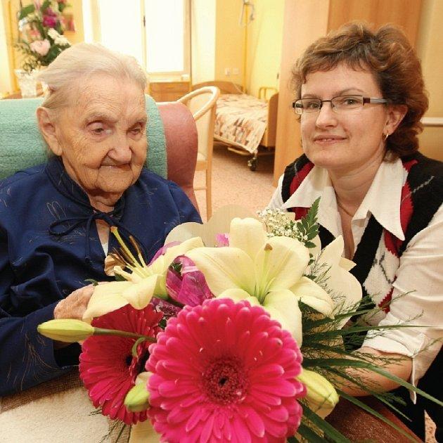 Anna Novotná, nejstarší obyvatelka na Litoměřicku, oslavila v Domově důchodců v Čížkovicích úctyhodných 104 let. Přání k významnému životnímu jubileu, kytičku a bonboniéru dostala i od sociální pracovnice domova Dity Filousové.