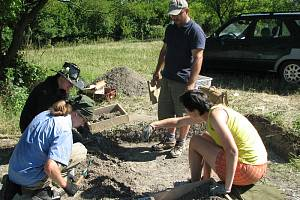 Studenti vedení Martinem Trefným už první den průzkumu objevili pod Sovicí drobné nálezy.