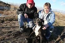 NECHRÁNĚNÁ HLUBOKÁ ŽUMPA, ve které se v neděli večer málem utopil cvičený stopař Satan, byla ještě v průběhu pondělí zakryta betonovým poklopem. Vlevo osmnáctiletý zachránce psa Kristián Petr, vpravo brozanský strážný Petr Siranko.