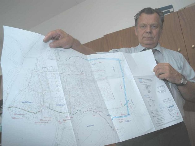 Starosta Ivo Hynl ukazuje projekt protipovodňových opatření pro město Bohušovice.