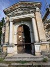 Mauzoleum rodu Schrollů, které léta chátrá a zloději několikrát vykradli rakve s nebožtíky, se konečně opravuje.