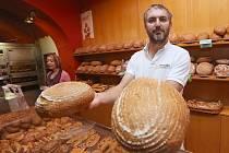 PEKÁRNA nabízí  vedle sladkého a slaného pečiva i výběr z šestnácti druhů chleba.