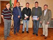 Vedoucího kina Máj Michala Špadrnu s jeho spolupracovníkem Petrem Bursou přijal tento týden na radnici starosta Ladislav Chlupáč společně s místostarostou Karlem Krejzou.
