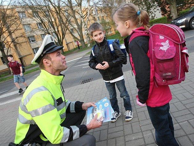 Policisté tento týden opět vyrazili do ulic v okolí škol, aby v ranních hodinách varovali školáky před nebezpečím, které jim hrozí v dopravě.