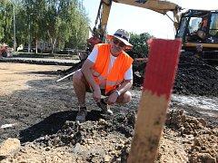 Na snímku archeolog Jindřich Langhamer prohlíží odkrytou zeminu na staveništi autobusového nádraží v Lovosicích.
