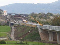 SESUV na stavbě dálnice D8. Svah nad Prackovicemi se utrhl v červnu 2013. Strhl s sebou také železniční trať Lovosice – Teplice. Stavbaři by masu zeminy měli odtěžit do podzimu. Dálnice má být zprovozněna letos v prosinci.