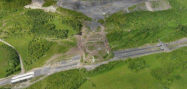 ZVÝŠKY. Díky krátkému letu bezpilotního vrtulníku geologové získali detailní mapy sesuvu na D8. Znich mohou zjistit, kolik zeminy ujelo a jak se stále pohybuje.