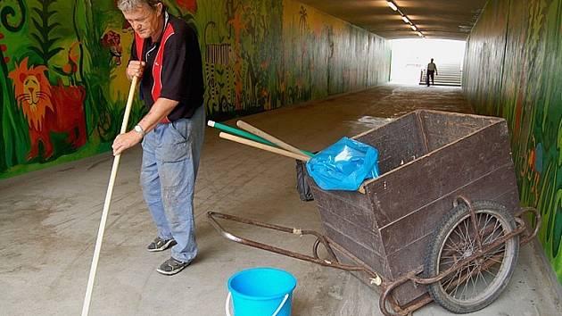"""KAŽDODENNĚ. """"Voda, rejžák a koště. Podchod musím čistit denně od odpadků, moči, zvratků a výkalů. Je to nechutné. S fleky si neporadil ani čistící stroj,"""" říká zaměstnanec lovosických komunálních služeb Zdeněk Pfleger. """"Je to v lidech,"""" konstatuje."""