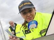 Celníci kontrolovali na dálnici D8 dálniční známky