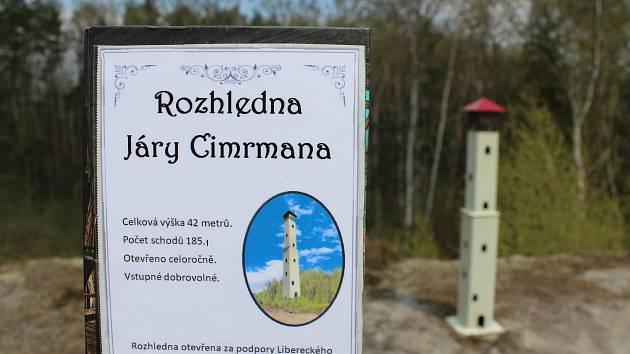 Cimrmanova mini rozhledna a Cimrmanovy obří houby leží jen nedaleko od sebe.