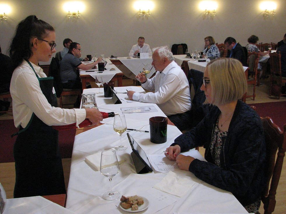 První den mají za sebou hodnotitelé ve čtyřech komisích pro soutěž vín 19. Mezinárodní výstavy Vinařské Litoměřice.