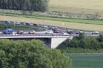 KRITICKÉ MÍSTO je u mostu Gen. Chábery, kde se na přivaděč od dálnice a Lovosic napojuje silnice od Mlékojed.