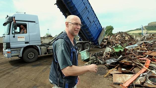 SOUČASNÝ STAV. Provozní ředitel firmy Šrot Wetzel s.r.o. Herbert Lechermann vysvětluje, že zatím  je tu jen překládka kovového odpadu, který se tu třídí ručně.