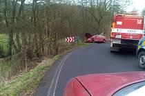 """Nehoda dvou osobních aut, která se ve čtvrtek dopoledne """"potkala"""" v zatáčce nedaleko Tlučně na trase Litoměřice Ústí """"přes kopečky"""" komplikovala několik desítek minut dopravu."""
