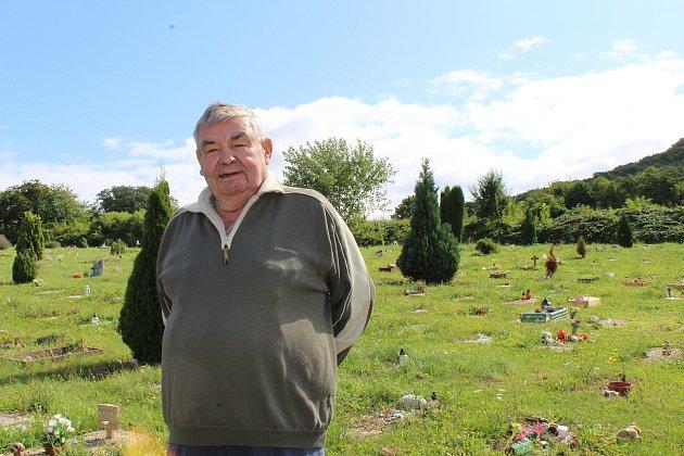 Majiteli zvířecího hřbitova na úpatí hory Říp uVražkova pomáhá sprovozem Jan Fígr