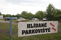 DEVELOPER MÁ ZÁJEM. Pozemek u ČSSZ, kde je nyní parkoviště, je lukrativní parcelou. Vymění ji město za komunikaci?
