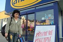 Fronty  ovládly prodejnu určitě na měsíc. V posledním týdnu se již snad začala situace řešit a pokladních v Albertu přibylo, potvrdila  Litoměřičanka Petra Ledvinková.