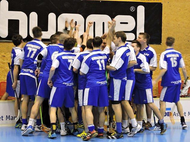 VELKÁ SPOKOJENOST. Slavit mohli po posledních zápasech starší žáci i muži ASK Lovosice – LFP, kterým zápasy vyšly podle jejich předpokladů.