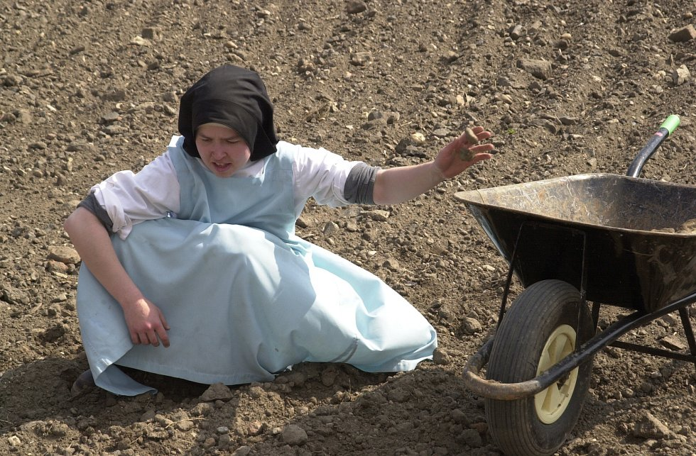 Sestry Premonstrátky z kláštera v Doksanech na Litoměřicku zvelebují zpustlé zahrady okolo kláštera. Fotografie jsou z 23. dubna 2003. V letošním roce je to patnáct let.