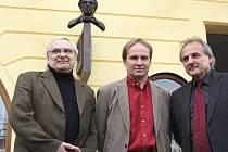 Aktu odhalení busty F. Holzmanna se zůčastnili zprava starosta Litoměřic Ladislav Chlupáč, akademický sochař Libor Pisklák (tvůrce busty) a Ondřej Suchý.