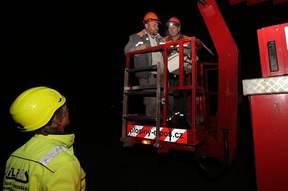 Energetici do pozdních nočních hodin pracovali na zprovoznění části vedení vysokého napětí do firmy Schöeller. K montáži nových vodičů o délce několika kilometrů dojde pravděpodobně během čtvrtka.