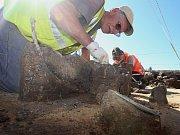 Vzácný nález zkoumají archeologové v Lovosicích.