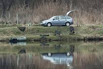 ZÁKAZ VJEZDU K VODĚ. V Píšťanech si rybáři blízko vody už nezaparkují. Ilustrační foto.