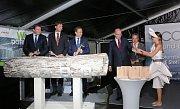 Poklepáním na základní kámen začala ve štětských papírnách Mondi jedna z největších letošních investic, která se týká regeneračního kotle ECOFLEX. Stát bude 335 milionů Eur tedy zhruba 8,9 miliardy korun..