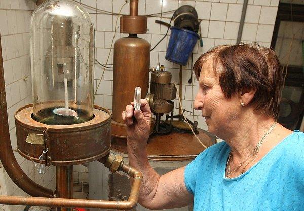 Jarmila Bajerová kontroluje aparaturu vžidovické pálenici. Provoz je zatím poklidný, na nápor smanželem Josefem teprve čeká. Kalendář zakázek na konec podzimu a začátek zimy se však rychle plní.