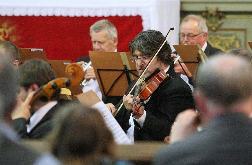Národní symfonický orchestr zahrál v terezínském kostele.