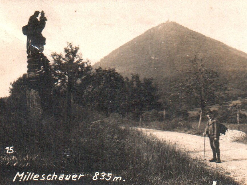 SVATÝ JOSEF. Pohlednice z roku 1927 zachycuje podobu a umístění sochy svatého Josefa, která se do dnešních dní bohužel nedochovala. Historici na místo vrátili alespoň její podstavec.