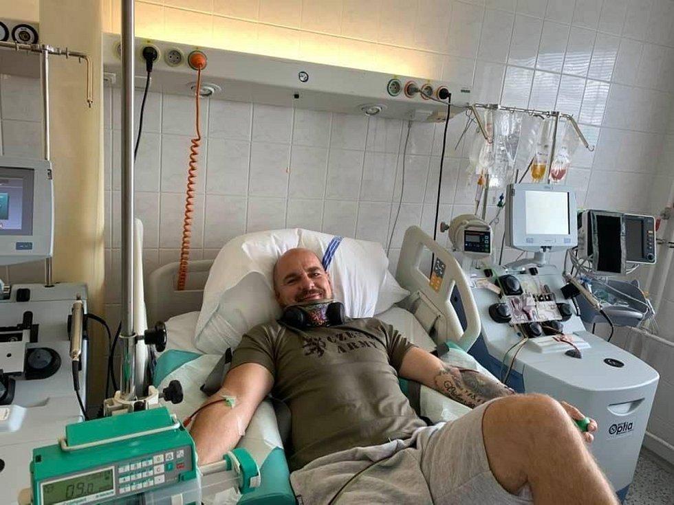 Dárce kostní dřeně Aleš Bezemek z Litoměřic při odběru v plzeňské fakultní nemocnici.