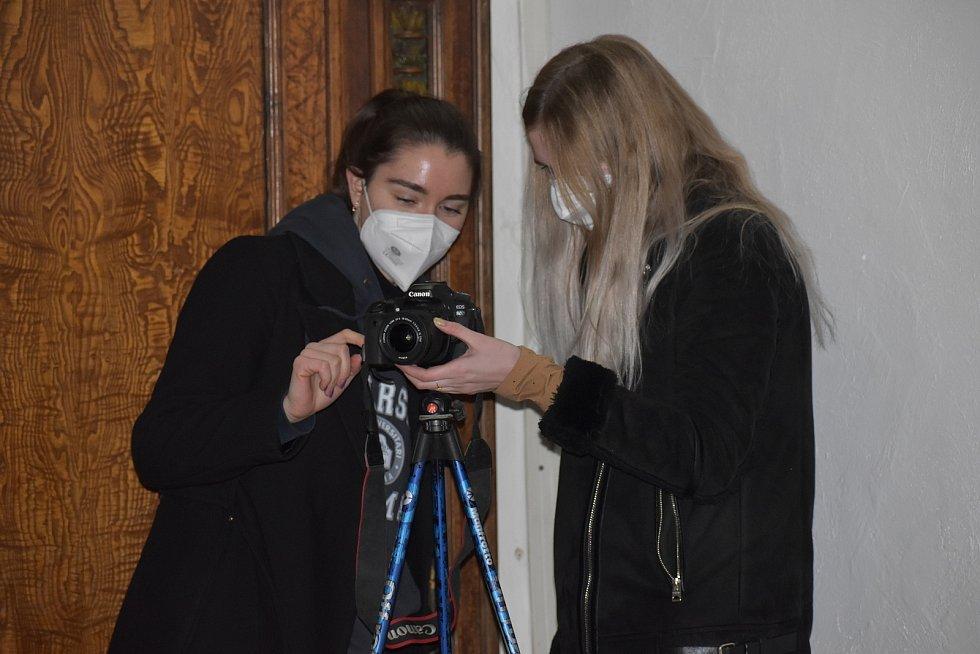 Monika Stará z centra digitalizace v Ústí skenuje litoměřický oltář, v muzeu jsme zachytili ještě pedagoga centra Kamila Podroužka a studentky při focení renesanční místnosti staré radnice.