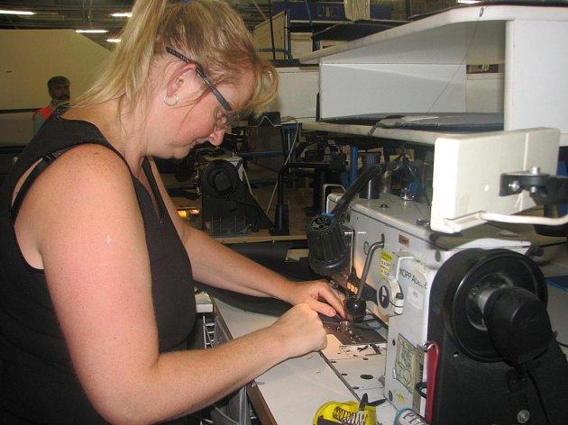 U šicích strojů v Johnson Controls pracují převážně ženy, stroje na stříhání potahových materiálů obsluhují muži.